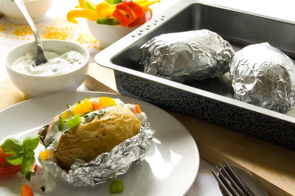 Еда в алюминиевой фольге для разогрева еды в микроволновой печи
