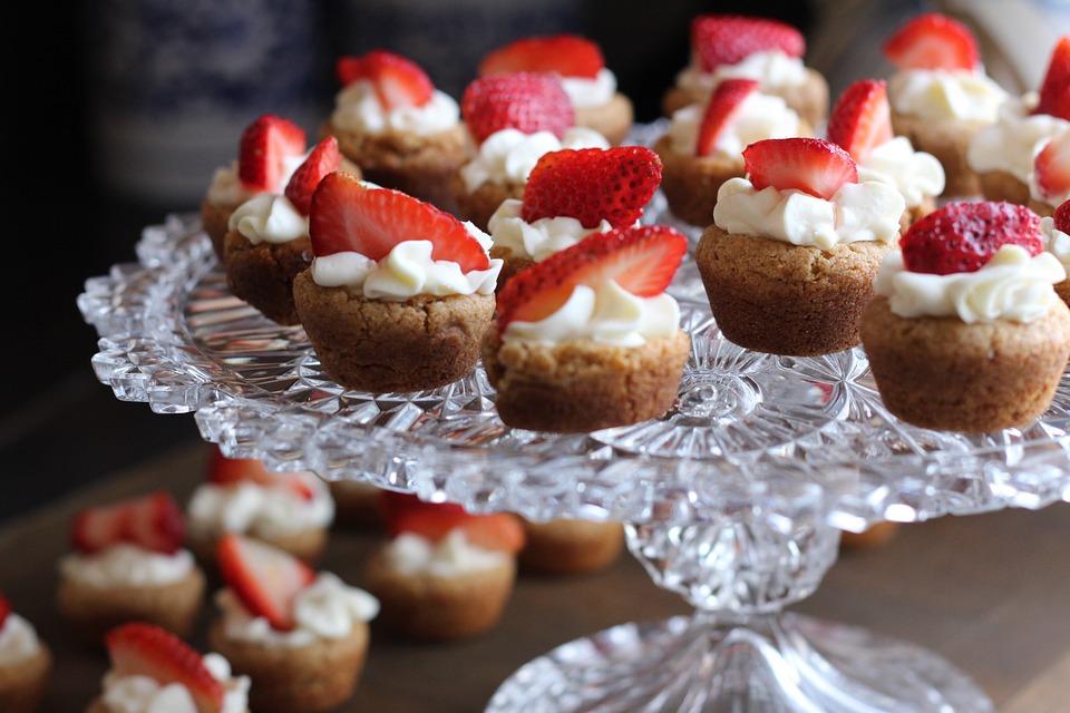 Десерт, украшенный кондитерским шприцем